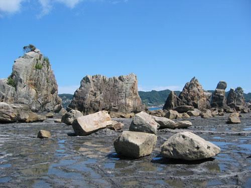 橋杭岩・・・ゴジラの背びれのような岩