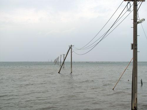 焼酎二階堂のCMに出た海の電柱-長部田海床路