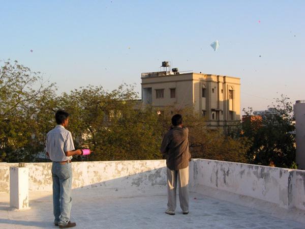 インドのアーメダバードで凧揚げ